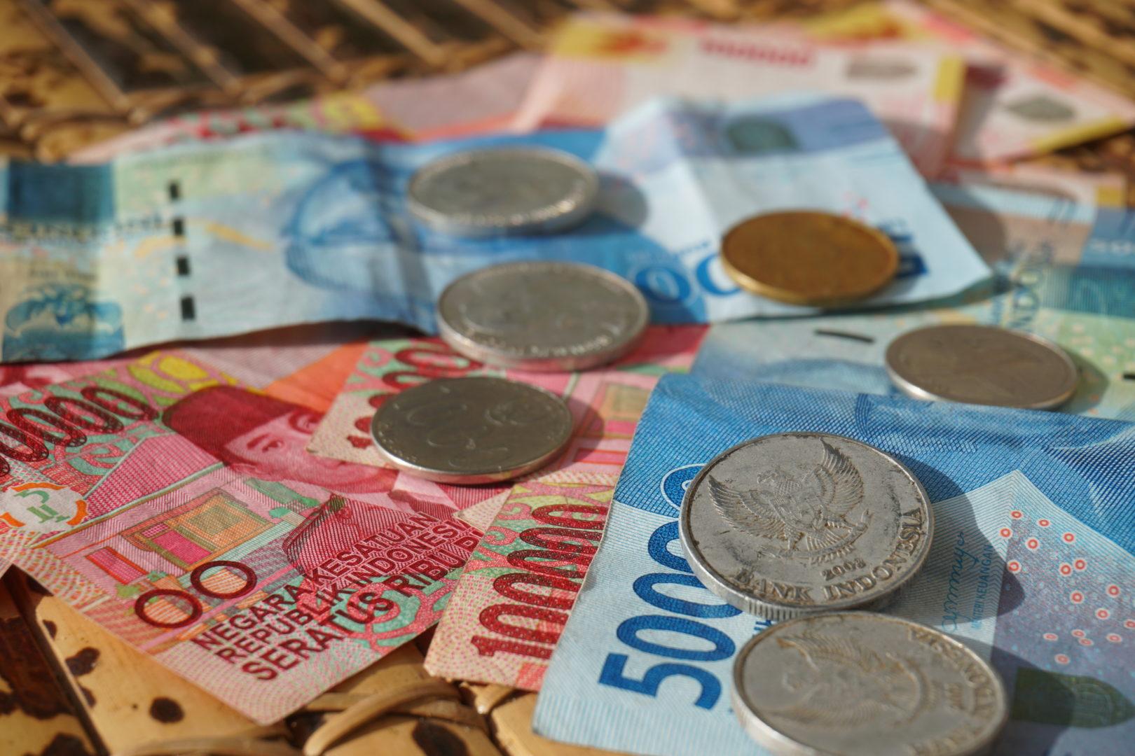tips bij het voorbereiden van een verre reis betalen in het buitenland