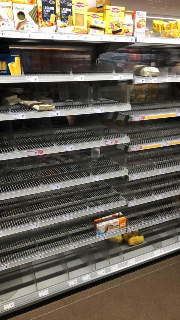 Coronavirus heeft steeds meer effect op het dagelijks leven met lege schappen in de supermarkt