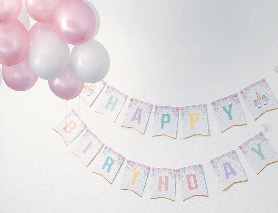 de verjaardagspret begint met het ophangen van slingers en ballonnen